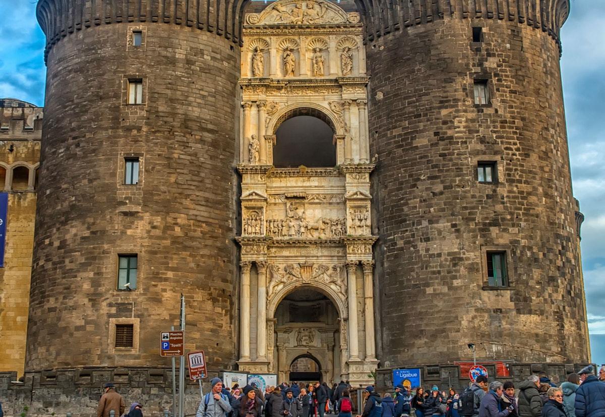 Castel Nuovo: Salta la Coda & Tour Guidato in inglese